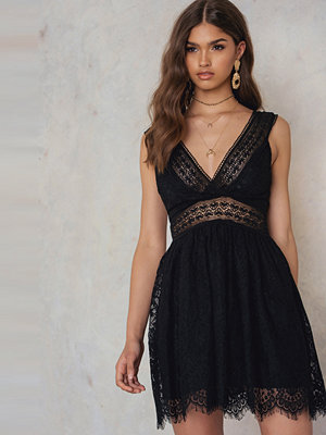NA-KD Trend V Neck Mini Lace Dress svart