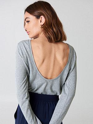 NA-KD Deep Back Long Sleeve Top grå