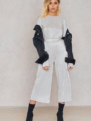 Andrea Hedenstedt x NA-KD ljusgrå byxor Metallic Culotte Pants silver