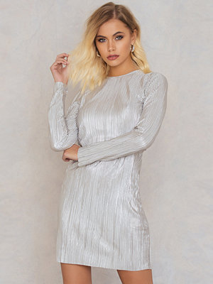Andrea Hedenstedt x NA-KD Metallic Pleated Dress