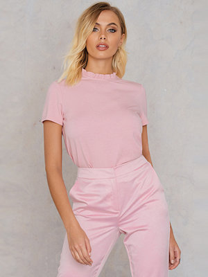 Andrea Hedenstedt x NA-KD Ruffle Neck Top rosa