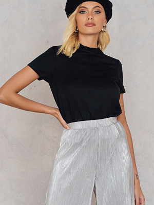 Andrea Hedenstedt x NA-KD Ruffle Neck Top