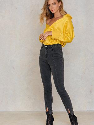 NA-KD Highwaist Skinny Front Slit Jeans grå