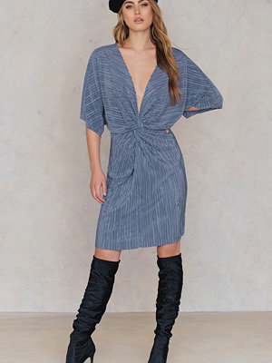 NA-KD Pleated Knot Front Dress blå