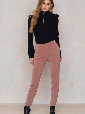 NA-KD omönstrade byxor Shiny Suit Pants rosa