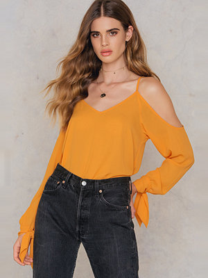 NA-KD Trend Cold Shoulder Knot Sleeve Top