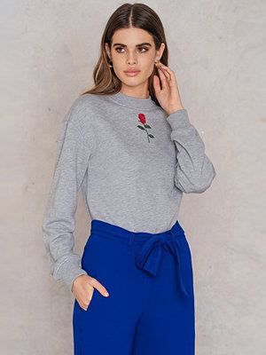 NA-KD Chest Rose Embroidery Sweater grå
