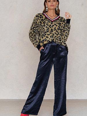 NA-KD Trend marinblå byxor Metallic Flared Pants
