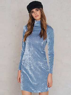 NA-KD Party High neck Velvet Dress
