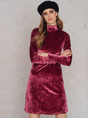 NA-KD Party High neck Velvet Dress rosa röd