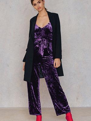 NA-KD Party Velvet Thin Strap Jumpsuit lila