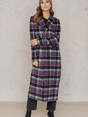 Qontrast X NA-KD Checked Long Coat svart rosa grå