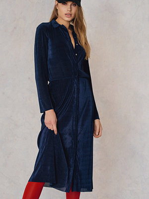 Qontrast X NA-KD Pleated Shirt Dress