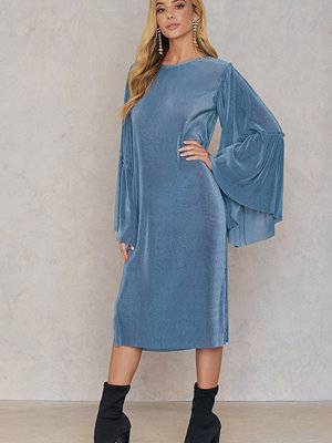 Qontrast X NA-KD Plisse Wide Sleeve Dress blå