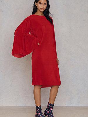 Qontrast X NA-KD Qontrast X NA-KD Plisse Wide Sleeve Dress