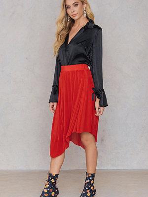 Qontrast X NA-KD Plisse Asymmetric Skirt