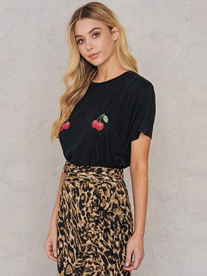 T-shirts - NA-KD Cherry Tee svart