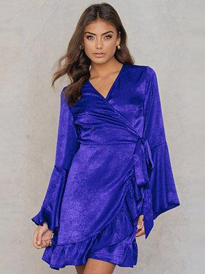 Qontrast X NA-KD Satin Wrap Dress blå