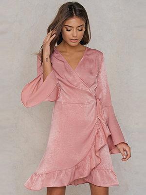 Qontrast X NA-KD Satin Wrap Dress