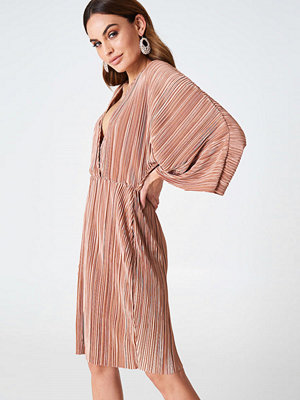 Hannalicious x NA-KD Pleated Kimono Dress