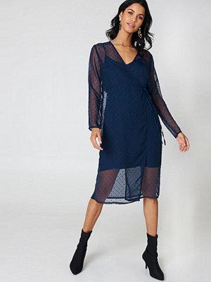 Qontrast X NA-KD Swiss Dot Wrap Dress blå