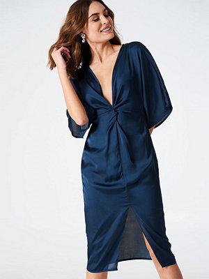 Hannalicious x NA-KD Satin Kimono Slit Dress