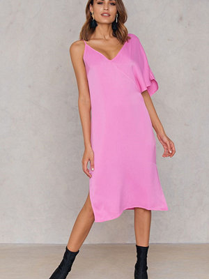 NA-KD Asymmetric Shoulder Midi Dress rosa