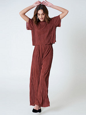 Hannalicious x NA-KD vinröda byxor Pleated Pants