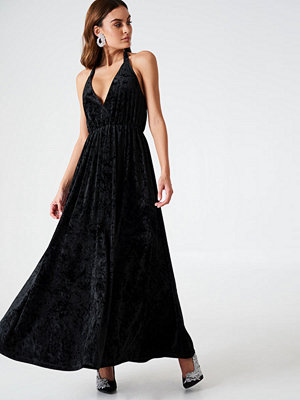 NA-KD Party Deep V-neck Velvet Dress svart