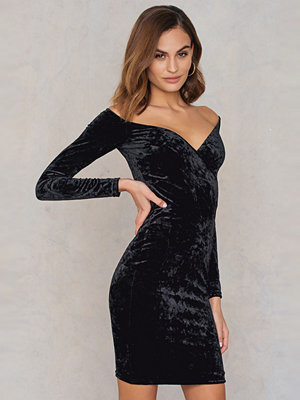 NA-KD Party Off Shoulder Velvet Dress
