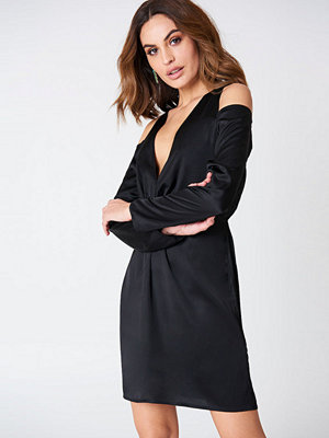 Hannalicious x NA-KD Cold Shoulder Knot Dress