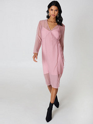 Qontrast X NA-KD Swiss Dot Wrap Dress rosa