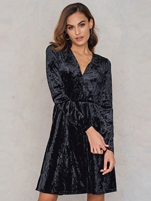 NA-KD Party Velvet V-neck Dress svart