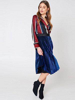 Qontrast X NA-KD Metallic Pleat Skirt
