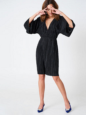 Hannalicious x NA-KD Pleated Kimono Dress svart