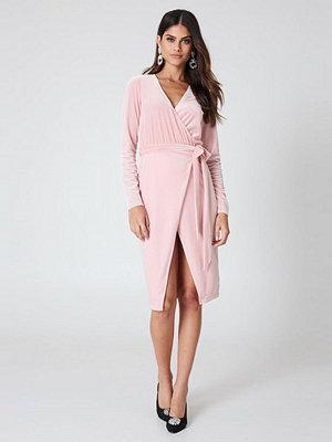 Kristin Sundberg for NA-KD Velvet Midi Dress rosa