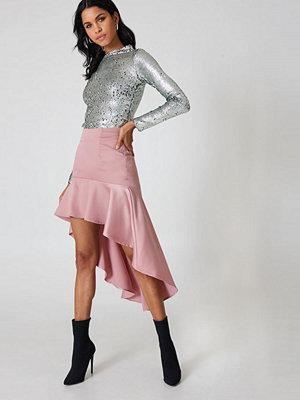 Qontrast X NA-KD Asymmetric Frill Skirt rosa