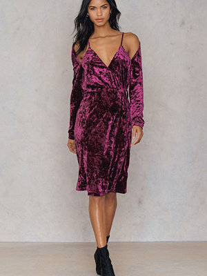 NA-KD Party Velvet Overlap Dress rosa lila