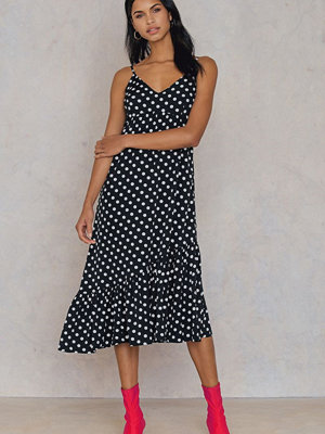 Qontrast X NA-KD Dot Frill Dress - Midiklänningar