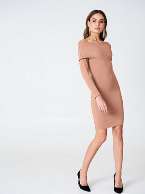 Hannalicious x NA-KD One Sleeve Folded Dress