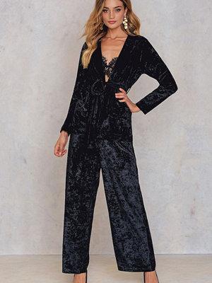 NA-KD Trend svarta byxor Velvet Flared Pants