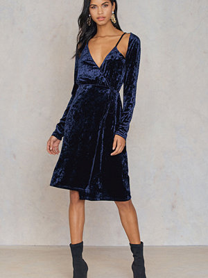 NA-KD Party Velvet Overlap Dress