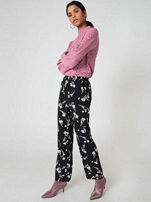Qontrast X NA-KD svarta byxor med tryck Flower Pant svart
