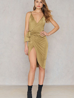 Boohoo Strappy Knot Wrap Dress grön
