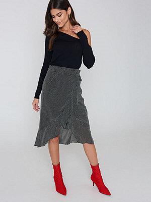 Kristin Sundberg for NA-KD Chiffon Overlapped Flounce Skirt svart multicolor