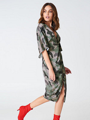 Hannalicious x NA-KD Satin Kimono Slit Dress grön