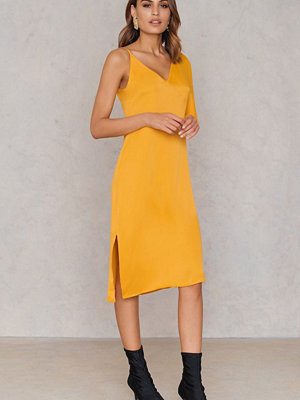 NA-KD Asymmetric Shoulder Midi Dress orange