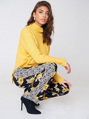 Qontrast X NA-KD svarta byxor med tryck Yellow Flower Pant