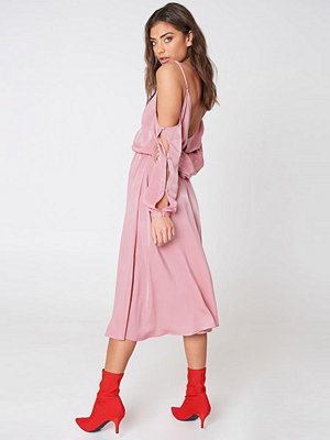 NA-KD V-Neck Cold Shoulder Midi Dress - Midiklänningar