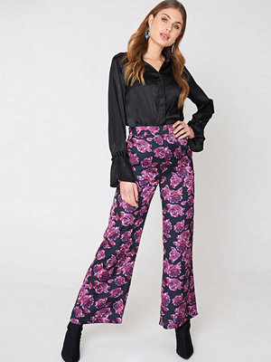 NA-KD High Waist Shiny Flared Pants - Byxor mönstrade